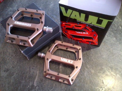 DMR Vault Pedal 9/16 - Nickel Grey + Black Pins